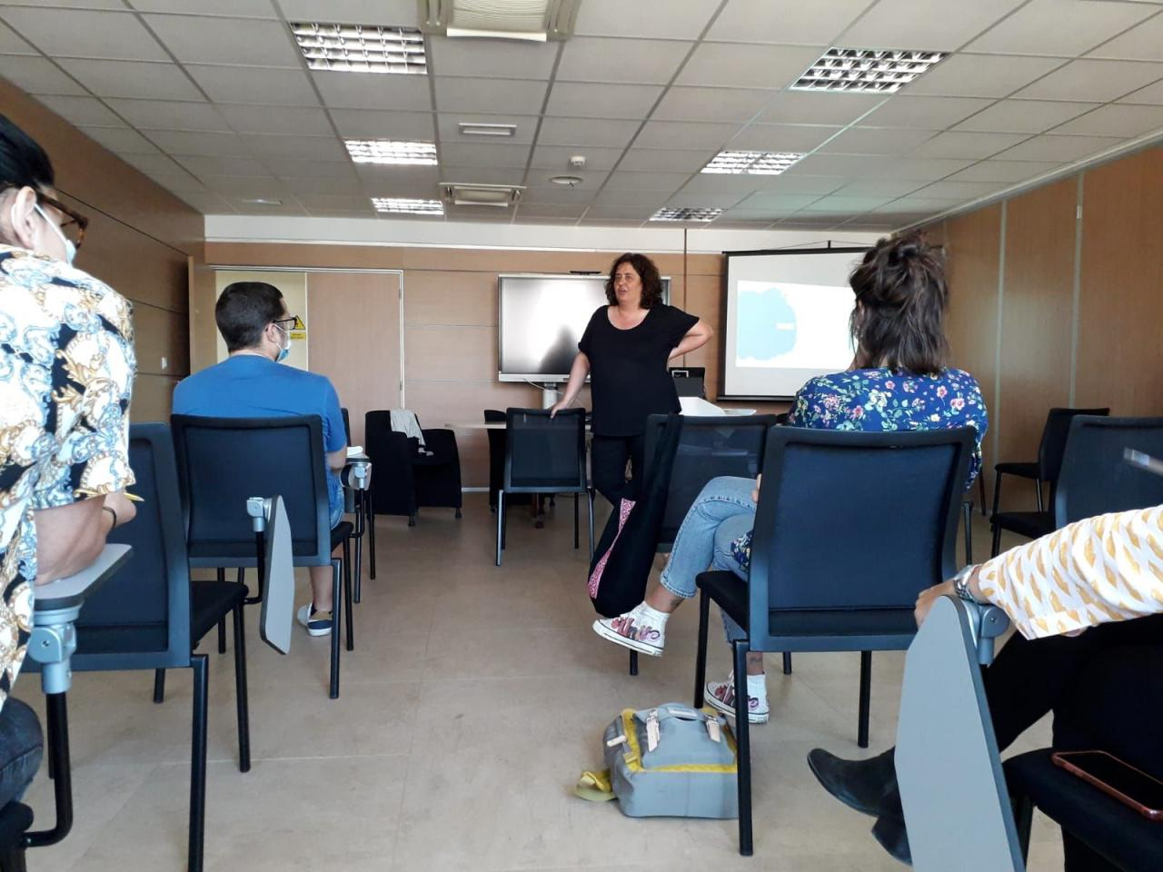 Nicole Haber impartiendo una charla en un centro educativo