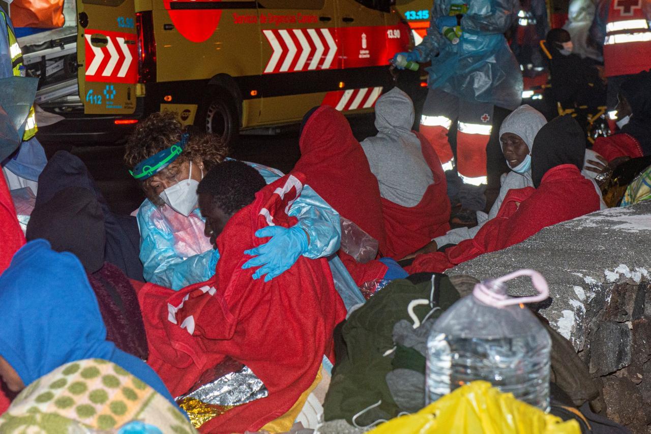 Tres fallecidos y entre cuatro y cinco desaparecidos al volcar una neumática con 46 inmigrantes en Lanzarote