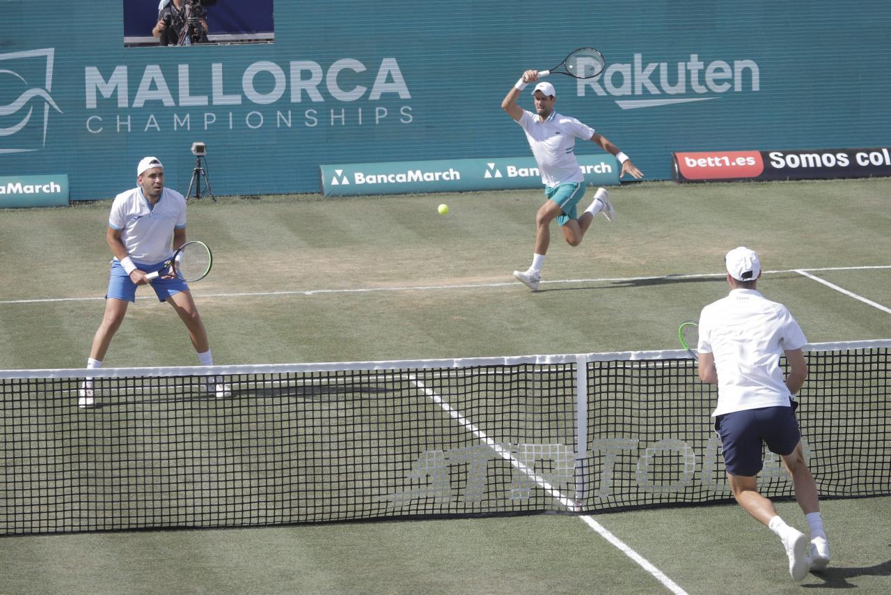Djokovic y Medvedev ganan en su estreno en el Mallorca Championships