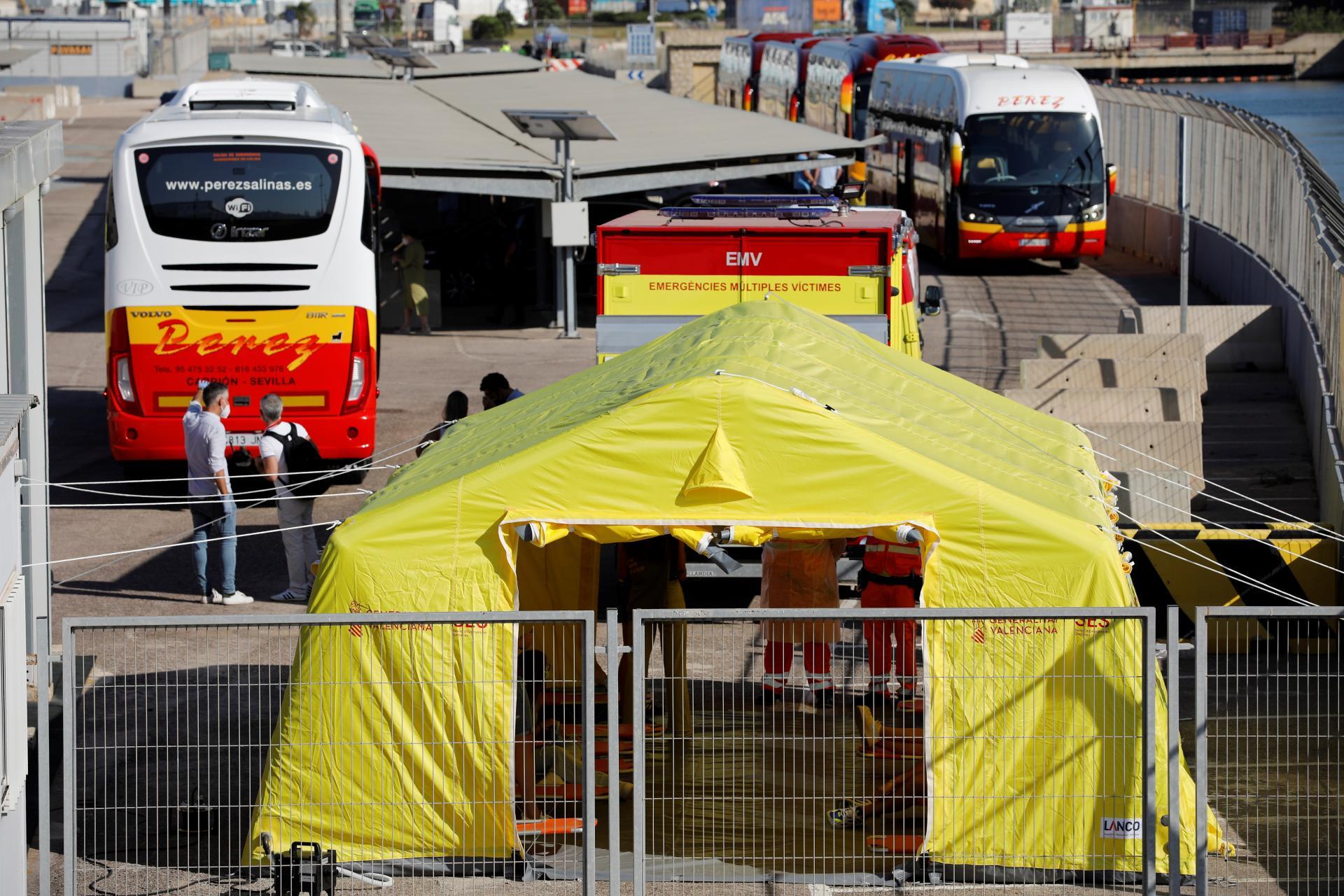 Llegan a València 118 estudiantes de los aislados tras macrobrote de Mallorca