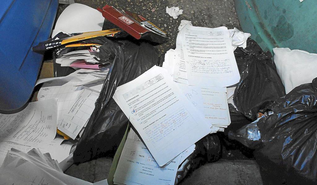 La policía investiga la aparición en la basura de cientos de exámenes del instituto de Andratx