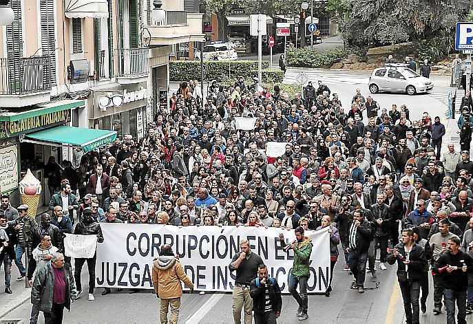 PALMA. TRIBUNALES. MANIFESTACIONES. ¿CASO CURSACH¿ LA PROTESTA CONTRA EL JUEZ Y EL FISCAL.