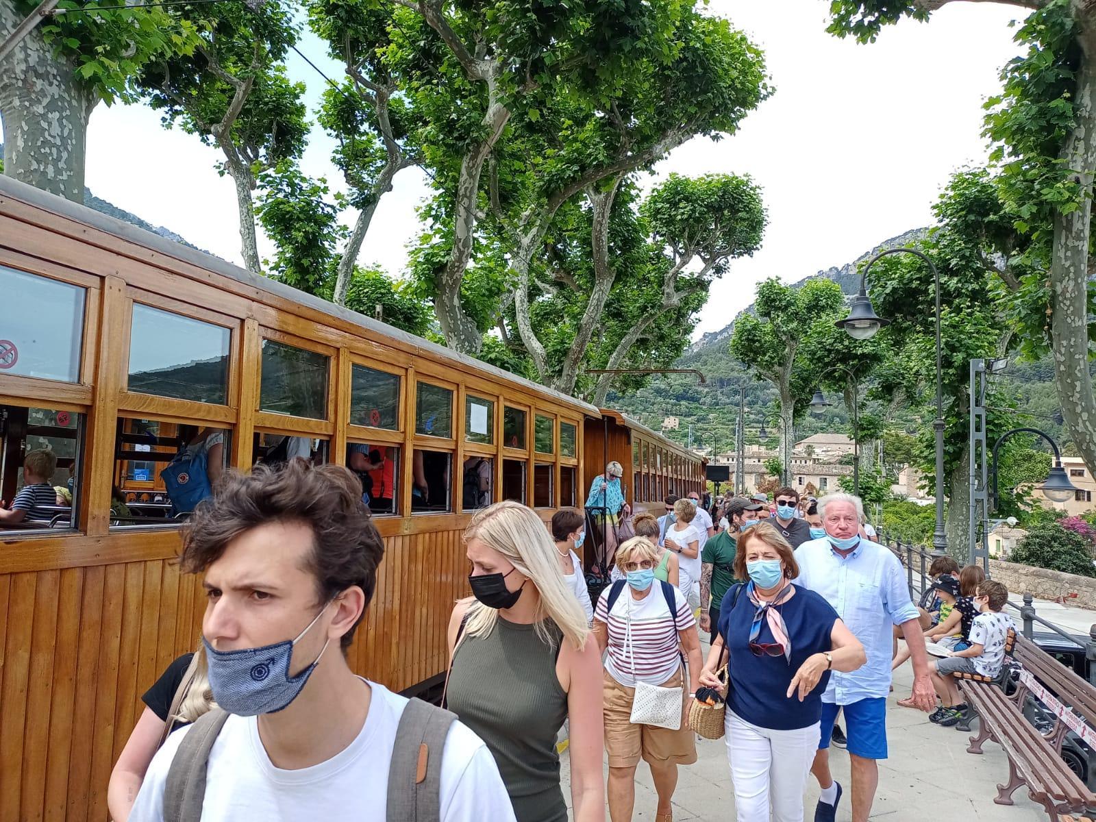 SOLLER . FERROCARRILES. El primer viaje del Tren de Sóller de la temporada registra un lleno absoluto