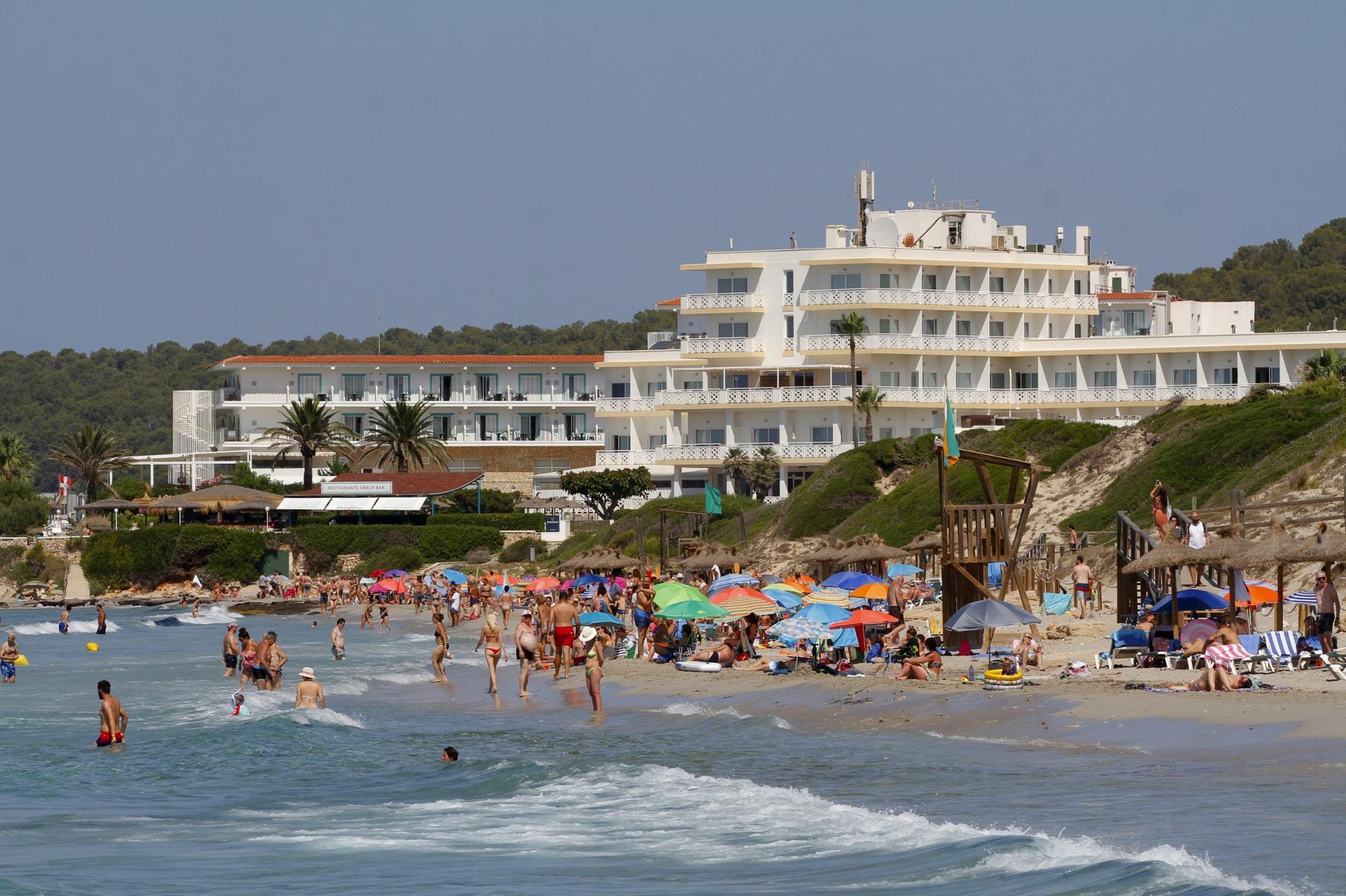 ES MIGJORN. HOTELES . Un 95 por ciento de los hoteles de la Isla están abiertos en pleno verano.