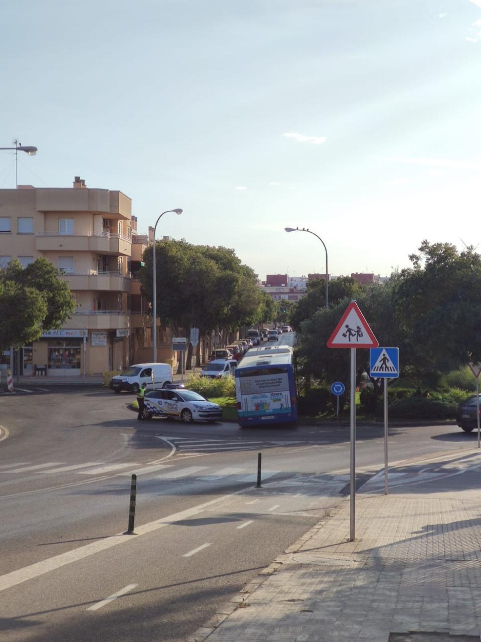 Un autobús de la EMT pierde los frenos y acaba empotrado en una rotonda en Es Rafal