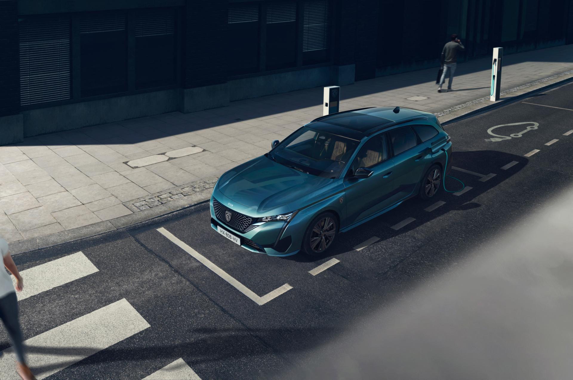 Entre su gama de motorizaciones no faltará dos versiones híbridas enchufables, con autonomía 100 % eléctrica de hasta 60 km.