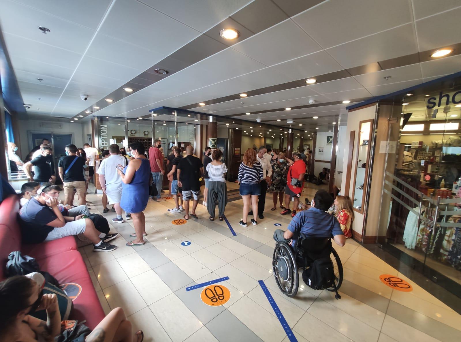 Caos en un barco atracado en Palma: los pasajeros denuncian retrasos y aglomeraciones