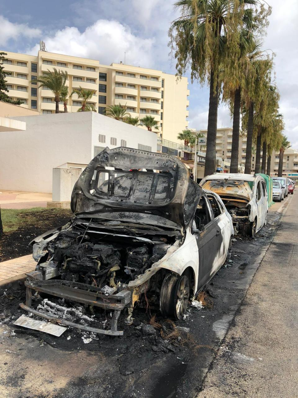 Un pirómano prende fuego a una batería de contenedores y a dos coches en sa Coma