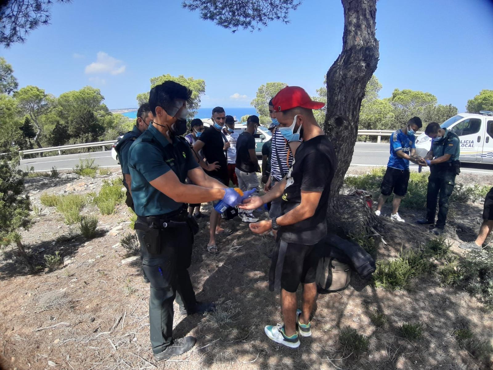 Una imagen de la Guardia Civil con los argelinos que llegaron en patera.