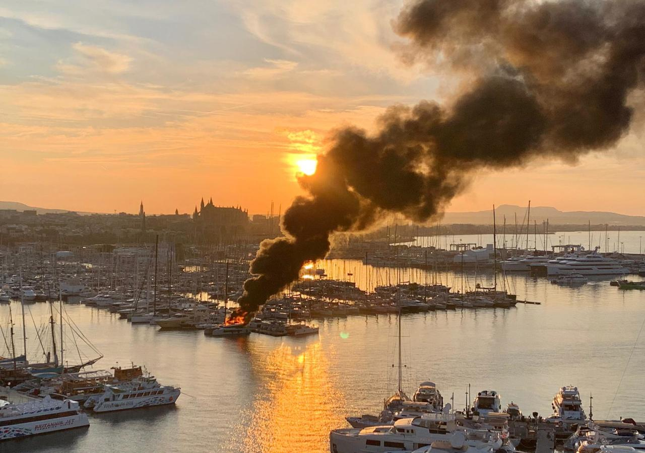 Incendio en un barco en Palma