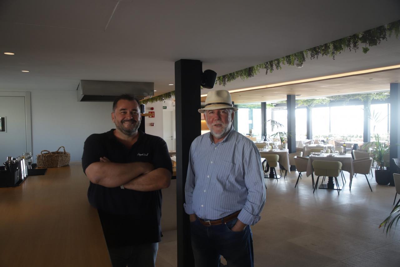Miquel Calent junto a Miquel Àngel Adrover. Arriba, el chef en la terraza del hotel Nakar.