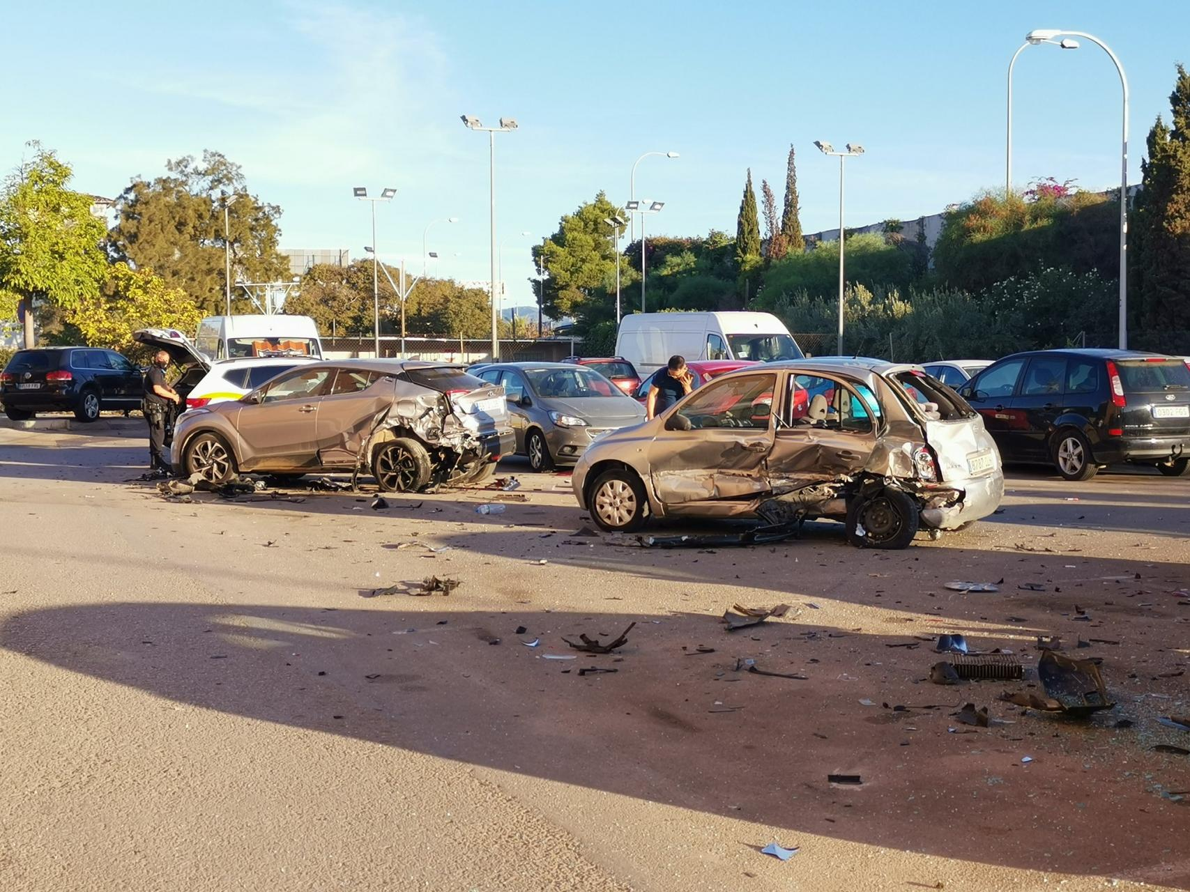 Un todoterreno arrolla a tres coches aparcados en Palma y los ocupantes huyen