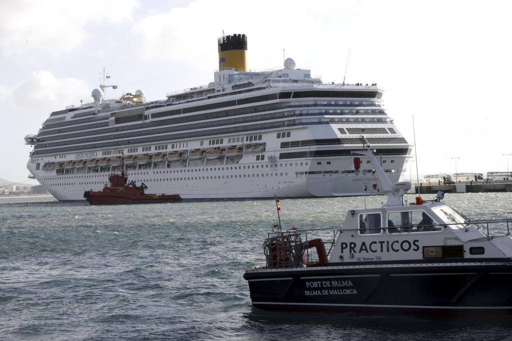 Un crucero tarda casi tres horas en entrar al puerto de Palma por el fuerte viento