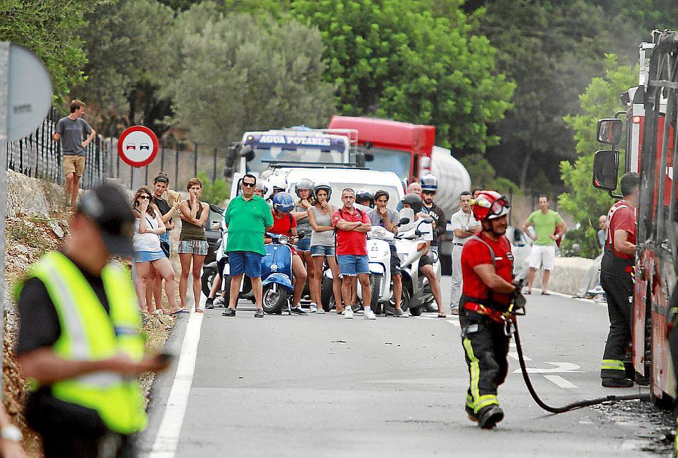 Arde un autobús de línea en la carretera de Valldemossa