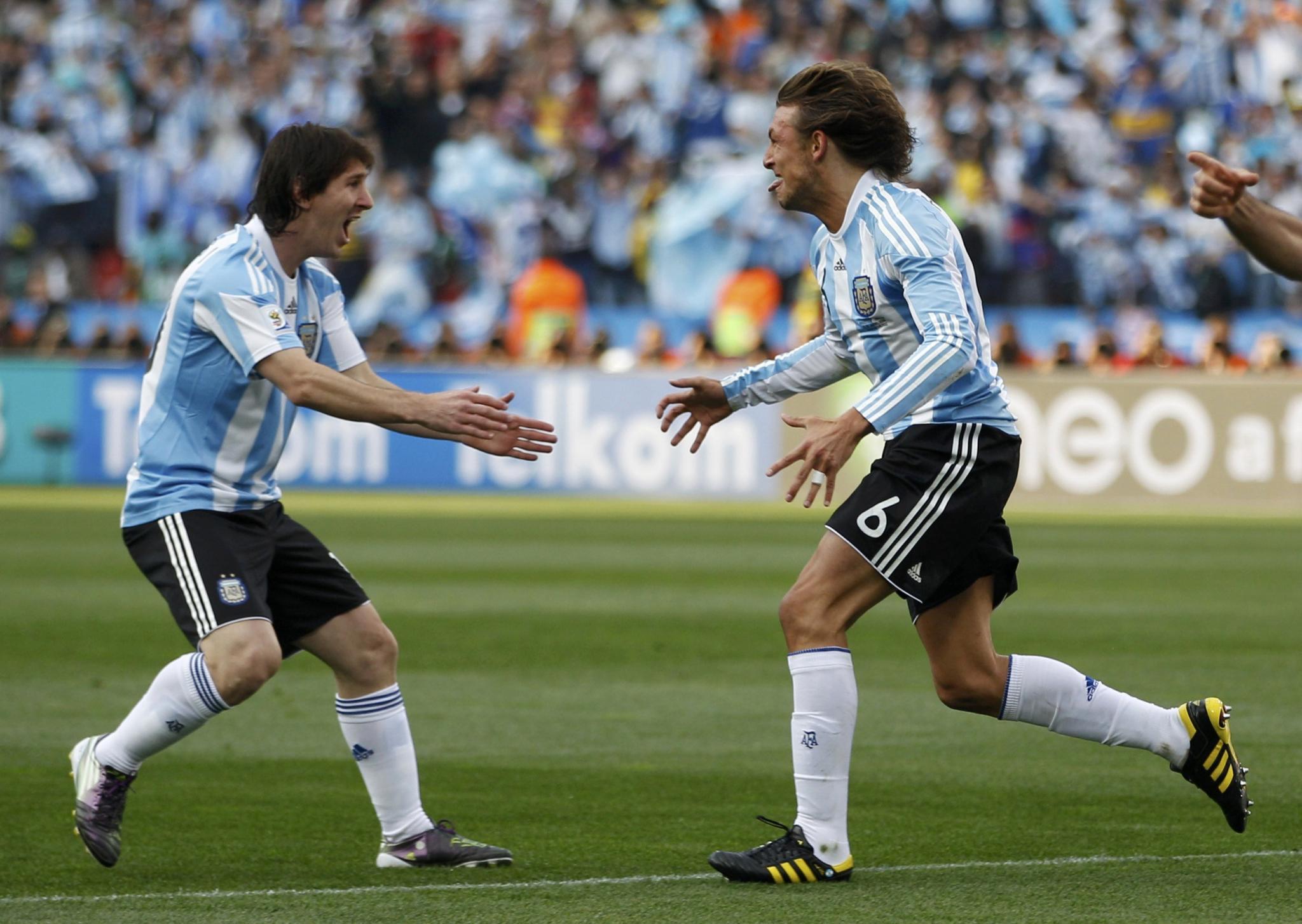 Un gol de cabeza de Heinze le da la victoria a Argentina