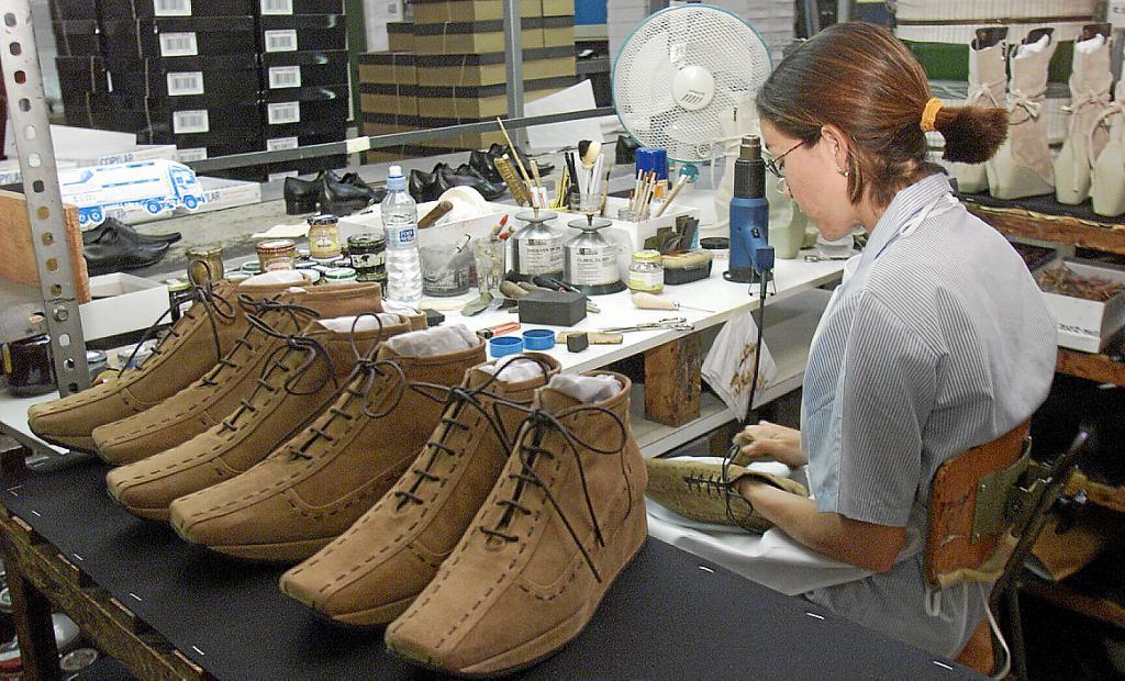 cf17ce7970b En Menorca se fabrican zapatos de mujer de alta gama y abarcas.