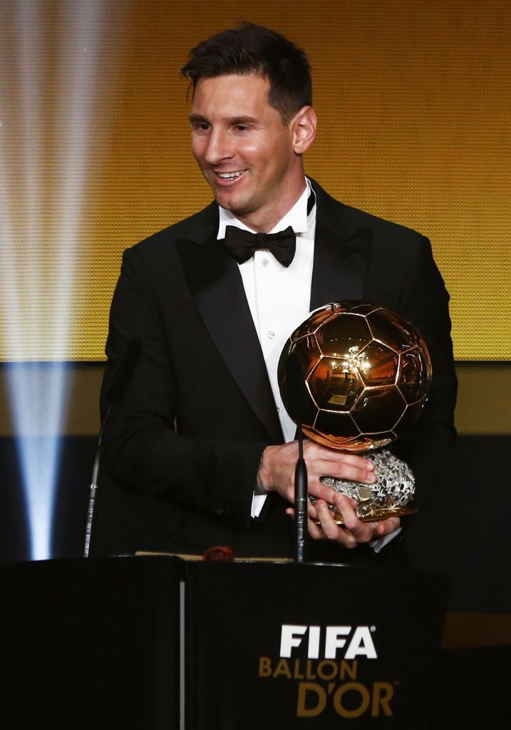 El argentino Leo Messi sostiene su quinto Balón de Oro. 4ddda26752e5d