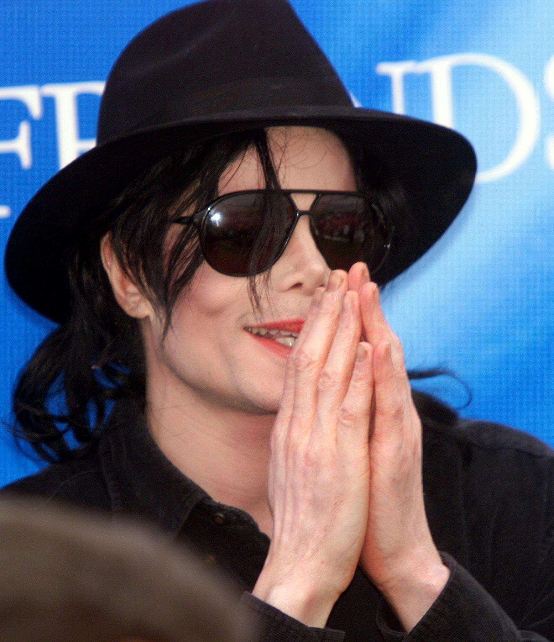 Un fan de Michael Jackson ha adquirido uno de sus famosos sombreros por más  de 17.000 3c8b349bec4