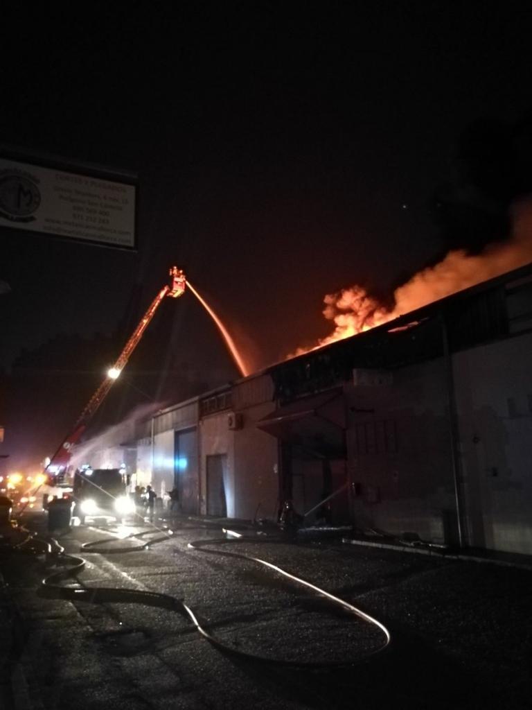 Un incendio se ha propagado por varias naves del polígono de Son Castelló