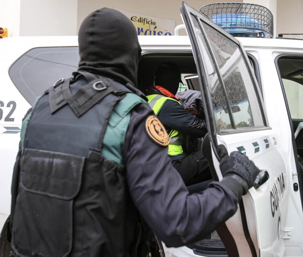 La Guardia Civil finaliza los registros y traslada a los detenidos al aeropuerto