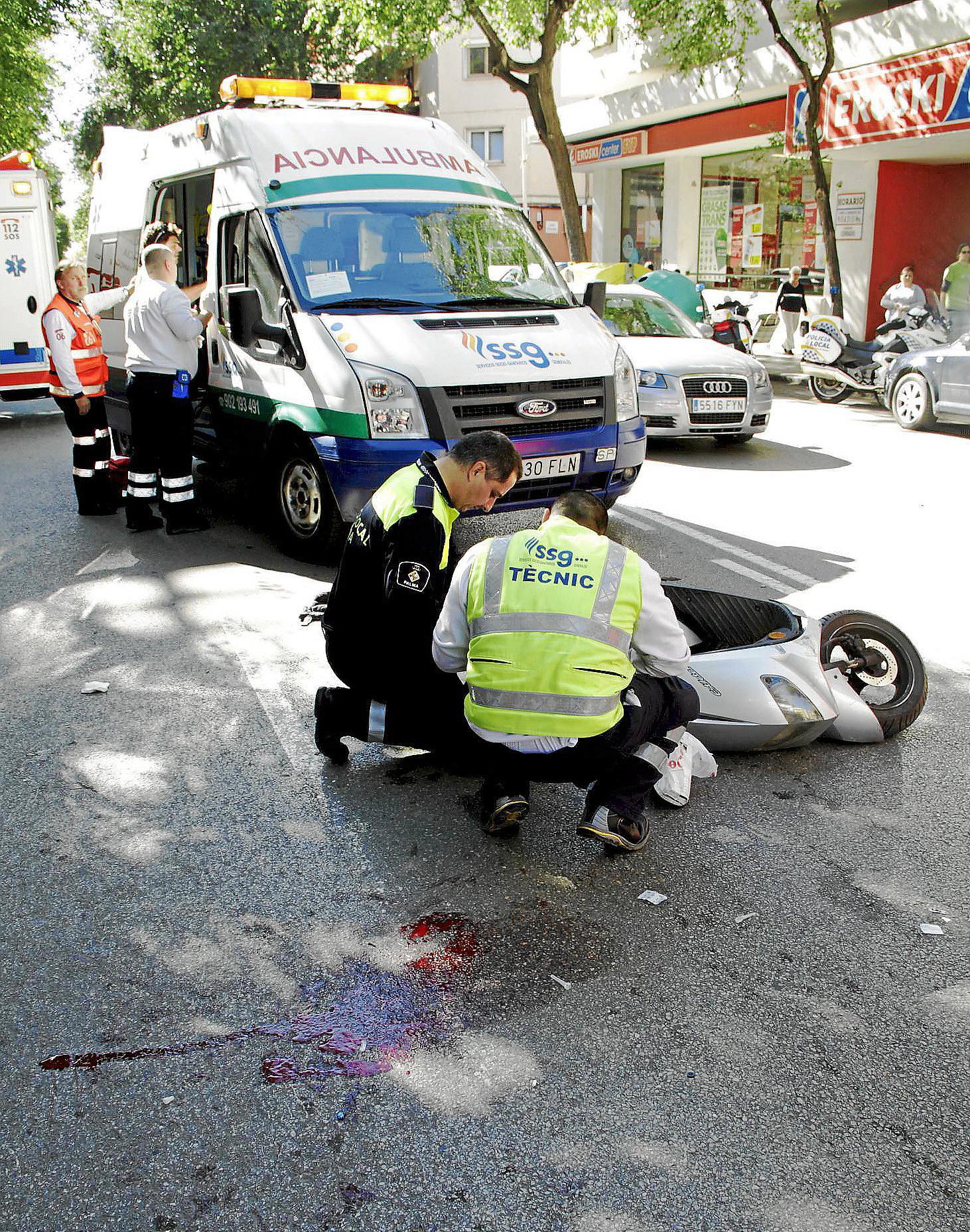 Un motorista, herido grave tras colisionar contra un coche en la calle Eusebio Estada de Palma