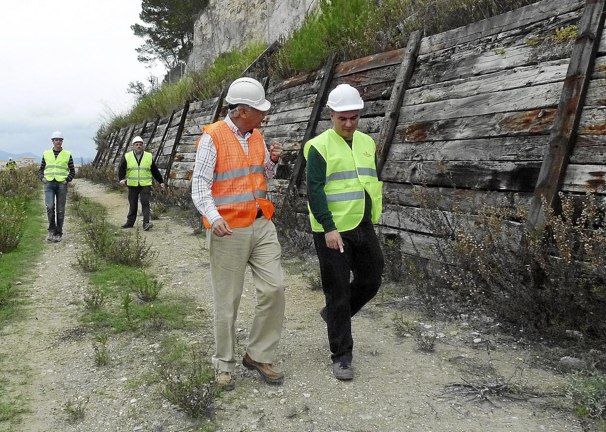 El Govern inicia la reconstrucción del muro caído del tren de Sineu sin saber aún cómo reforzará el talud