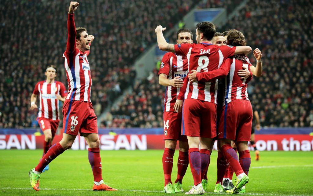 Los jugadores del Atlético de Madrid celebran la anotación de su segundo  golante el Bayer Leverkusen de2f486eddb09