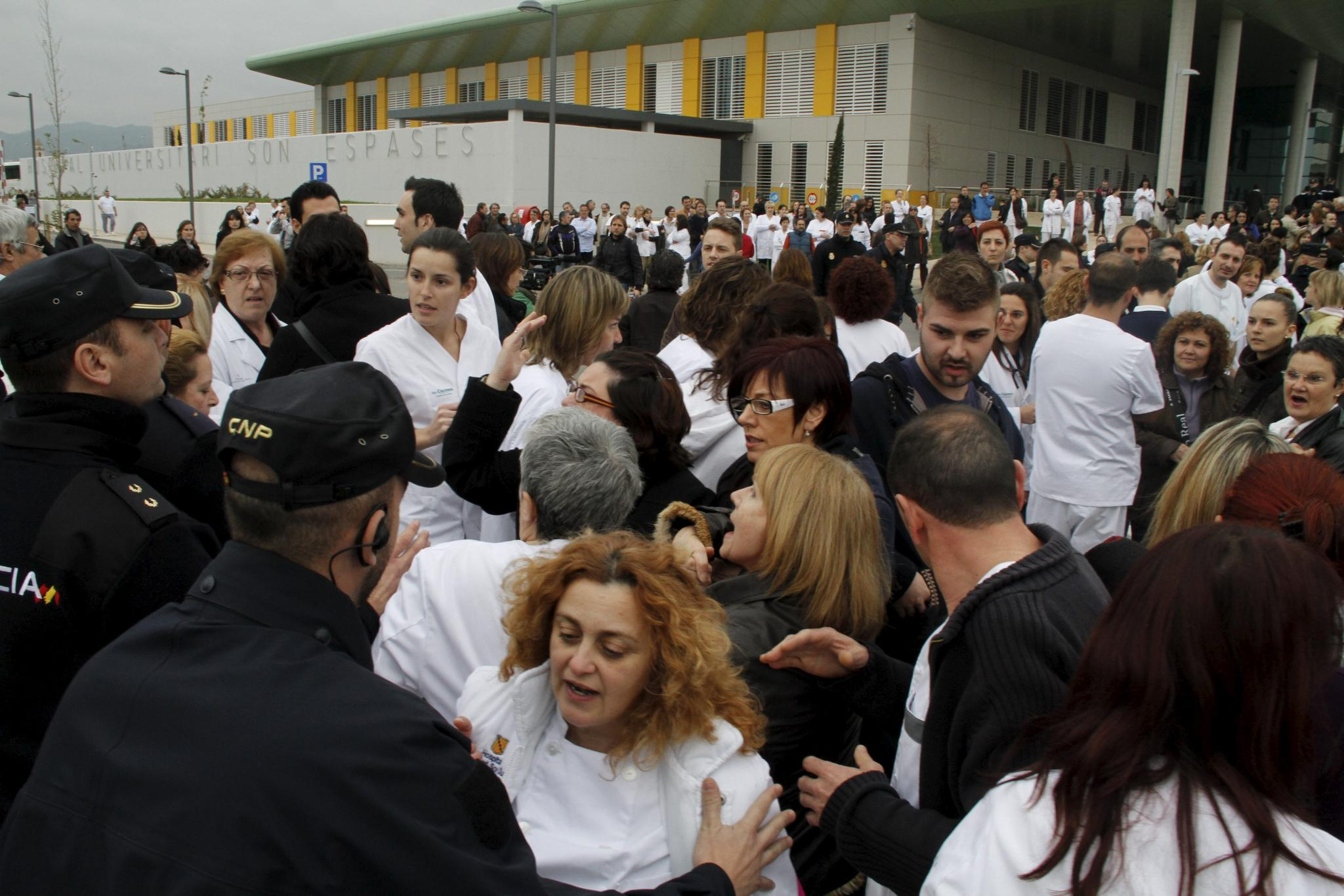 Los trabajadores de Son Espases colapsan los accesos al hospital