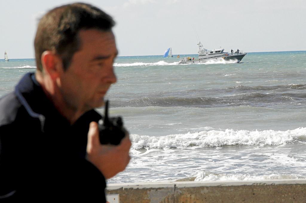 Un helicóptero y una patrullera se movilizan para rescatar a un surfista a la deriva en Palma