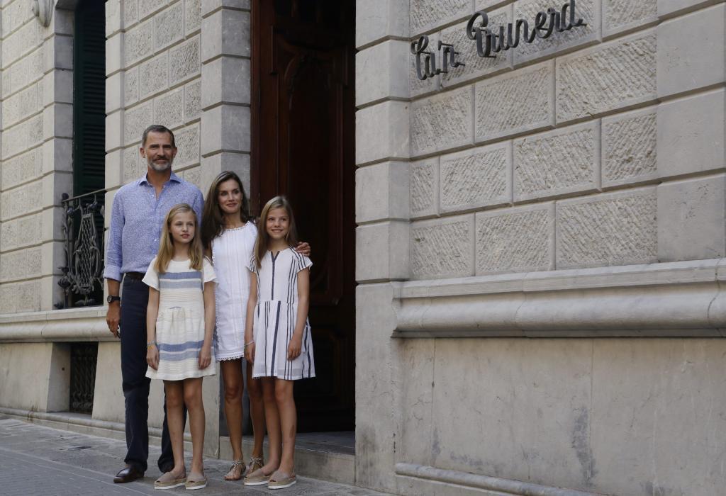 Los Reyes y sus hijas visitan el museo modernista Can Prunera de Sóller