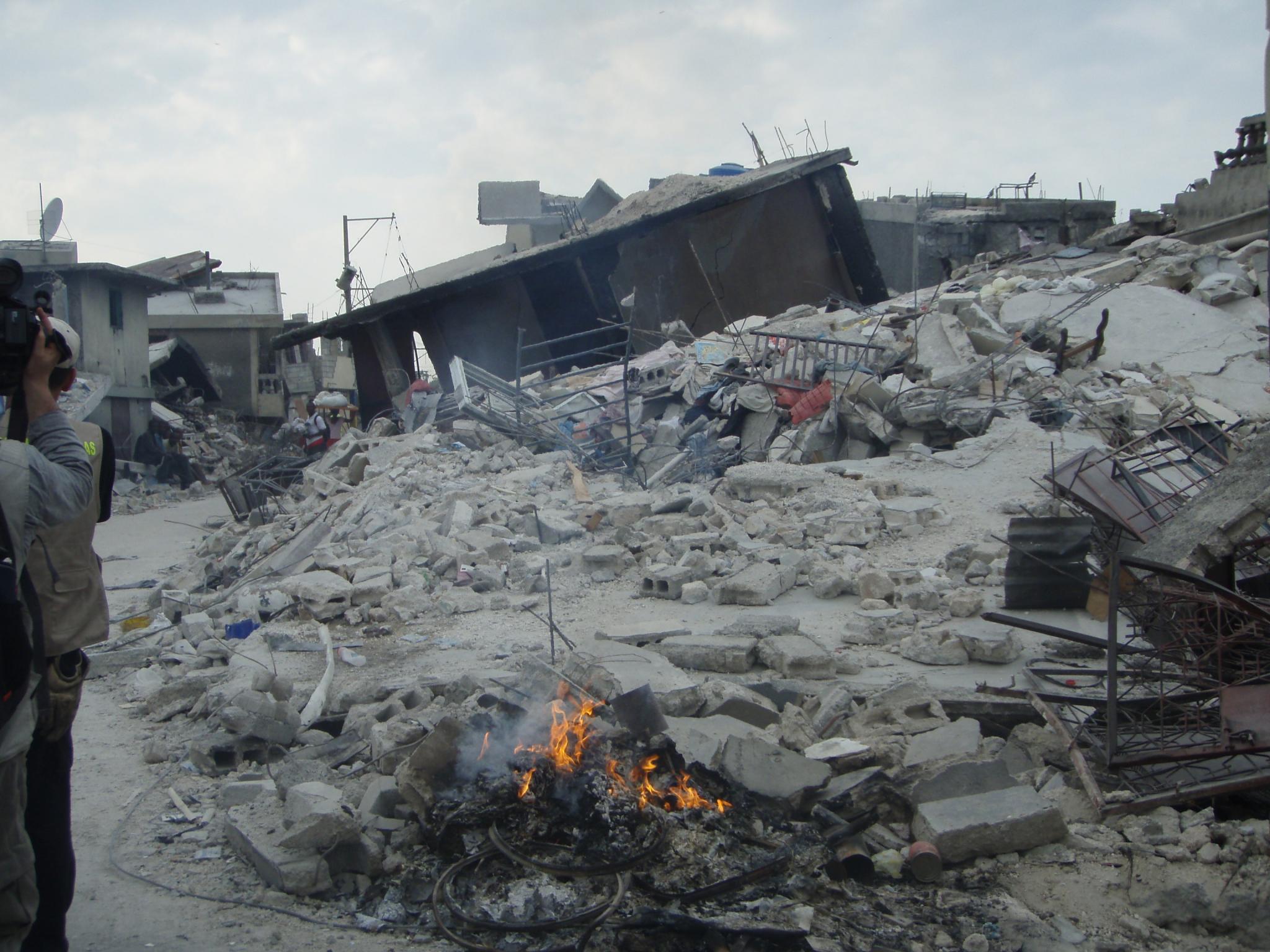«Hay zonas donde tiran gasoil sobre los escombros para quemar cadáveres»
