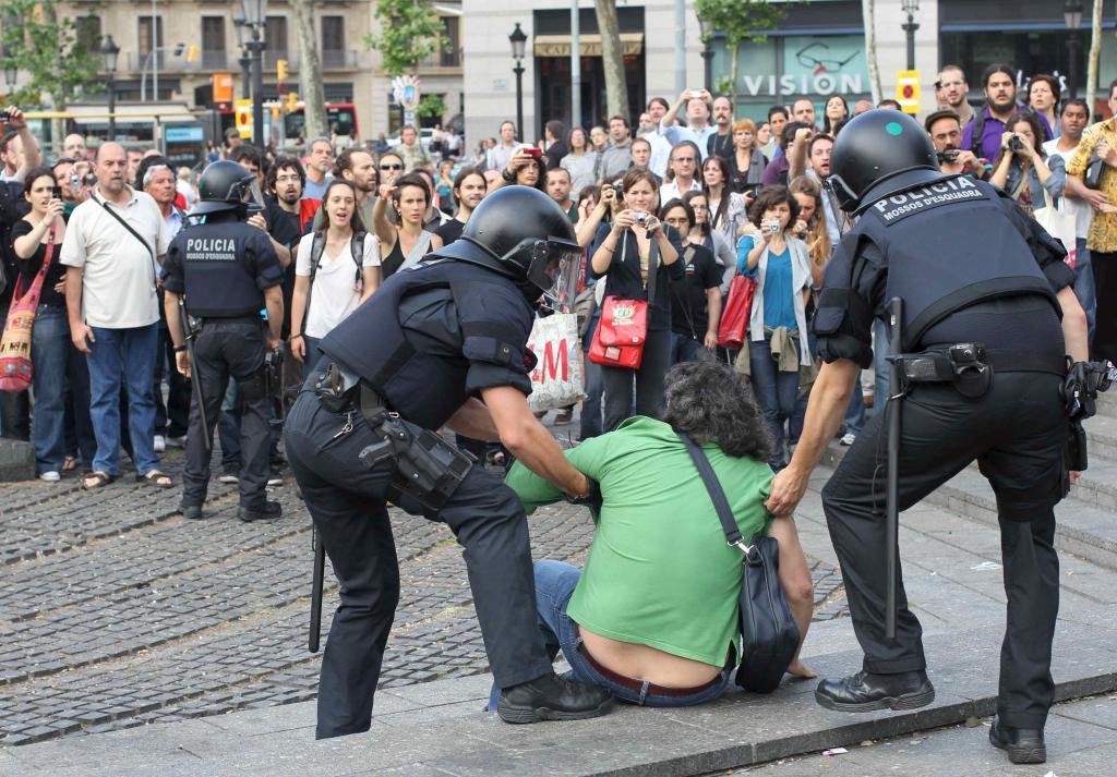 El desalojo de la Plaça Catalunya se salda con 121 heridos