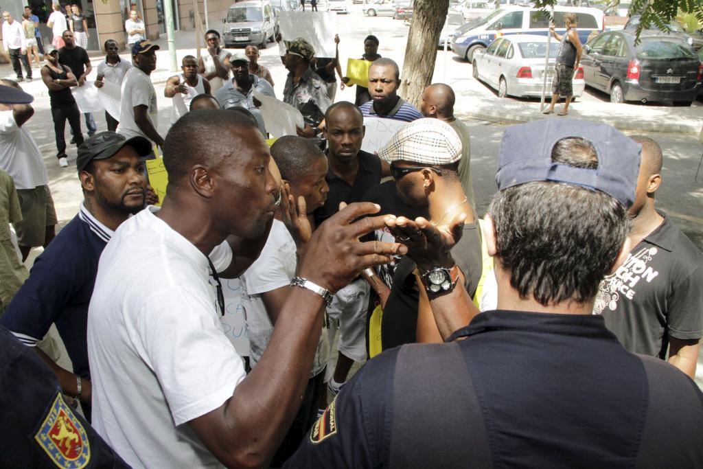 Un grupo de nigerianos revienta el intento de Cort de sellar la paz en Son Gotleu