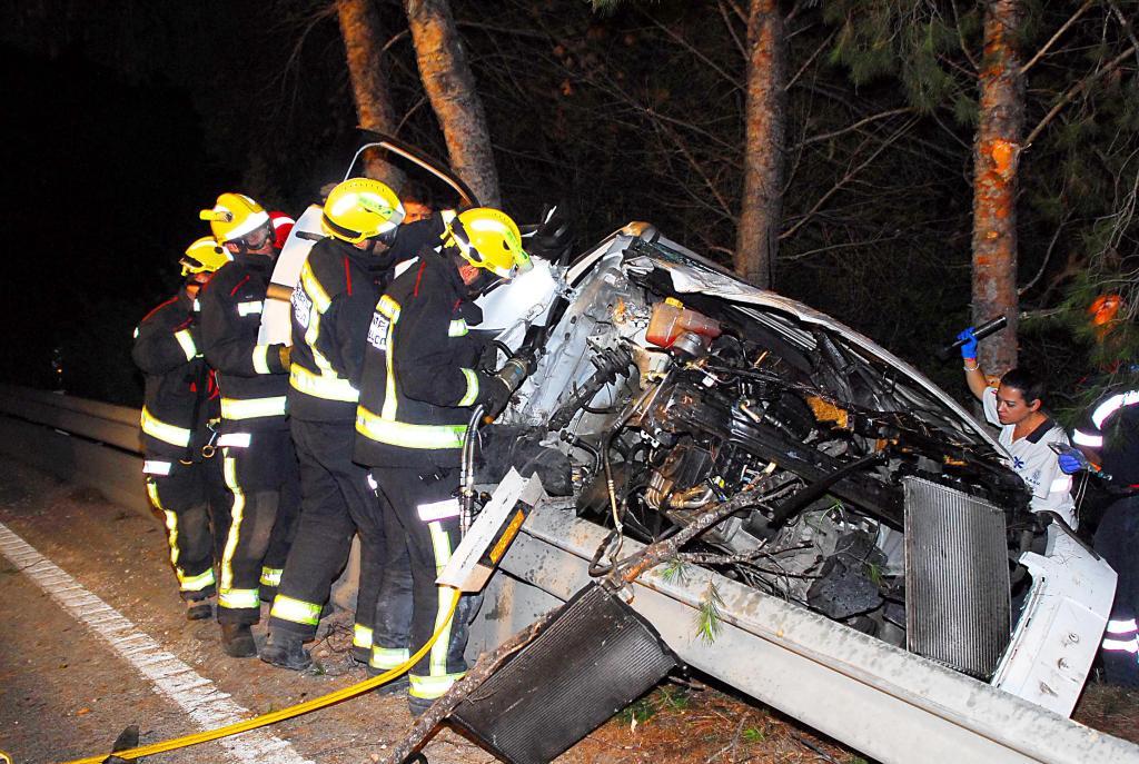 Angustioso rescate de una conductora que se estrelló contra un árbol en Andratx