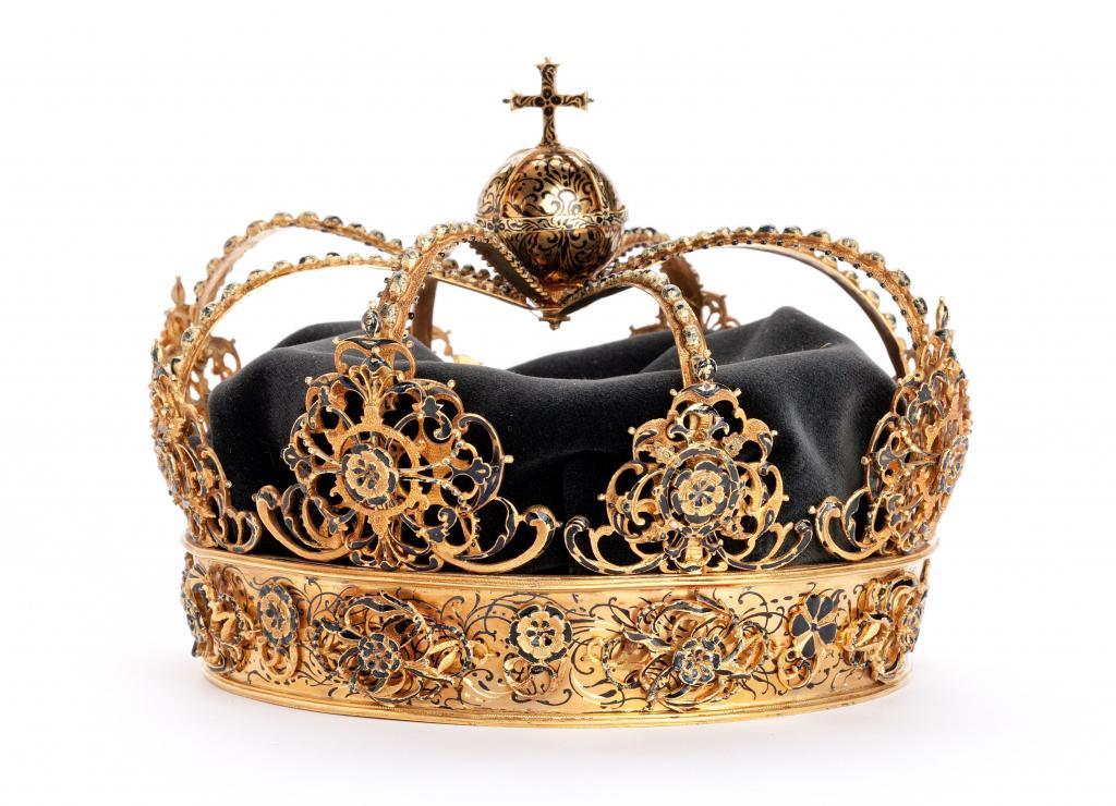 Roban dos coronas reales de Suecia y huyen en una lancha