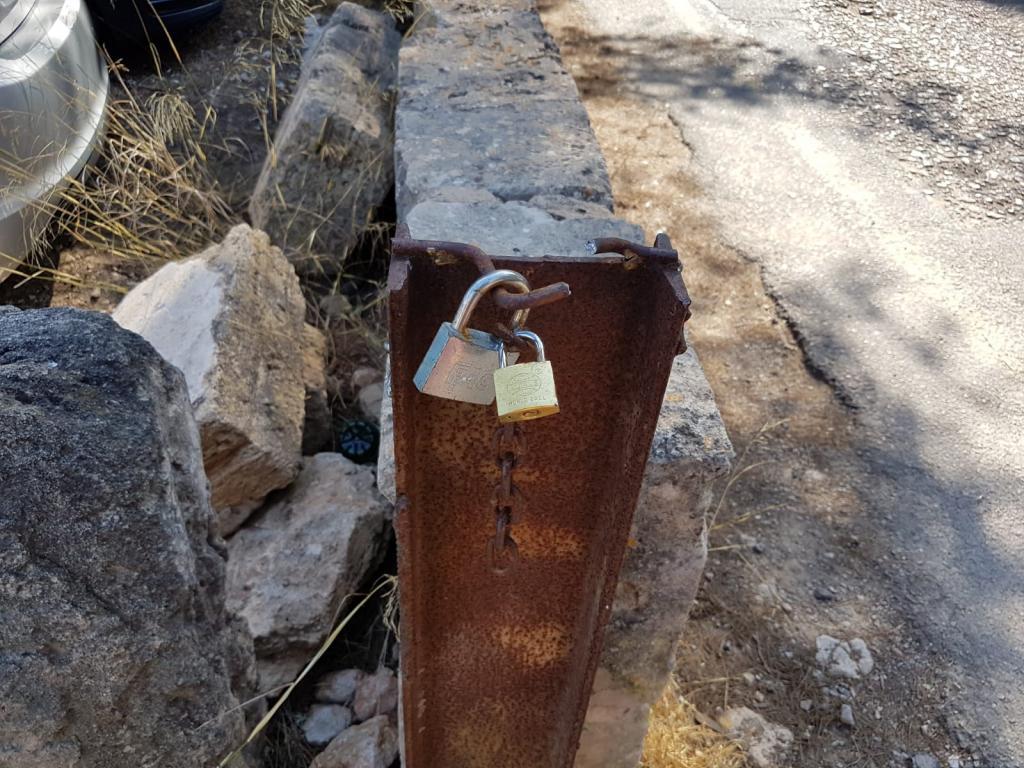 El 'párking' de ses Covetes quedó abierto por un acto vandálico