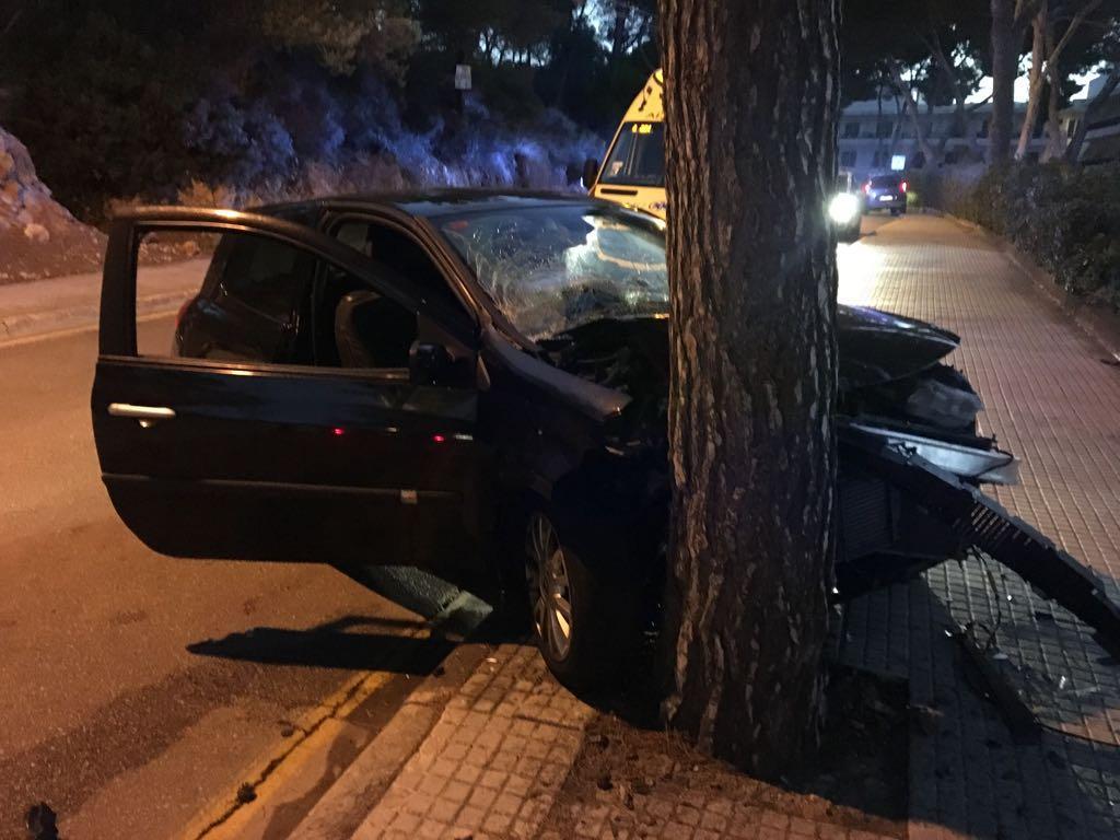 Aparatoso choque de un coche contra un pino en Cala Rajada