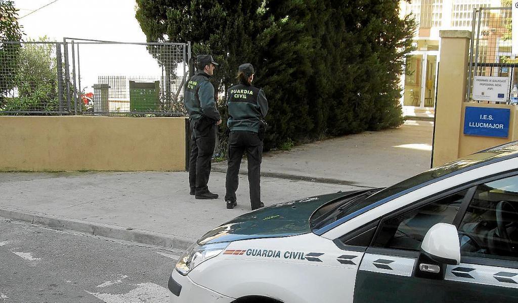 La Guardia Civil intensifica la vigilancia contra el tráfico de drogas en centros escolares