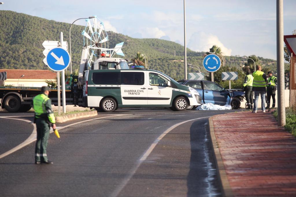 Muere un conductor al empotrarse contra un muro en la rotonda de Sant Jordi