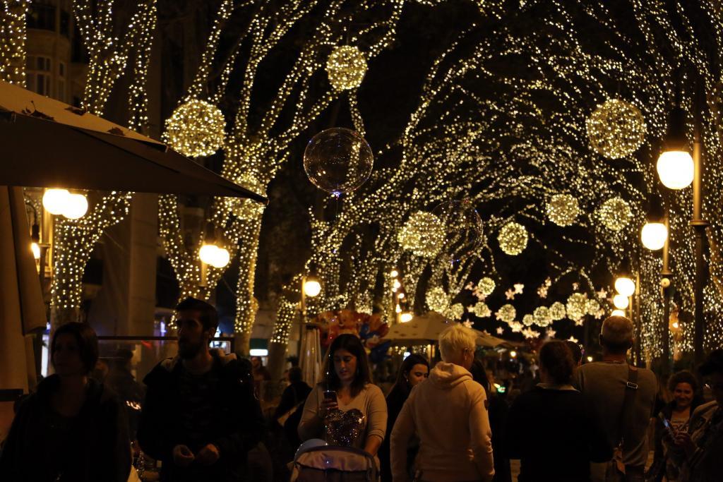 b0ed046e17c Palma se llena de magia con el encendido de luces de Navidad