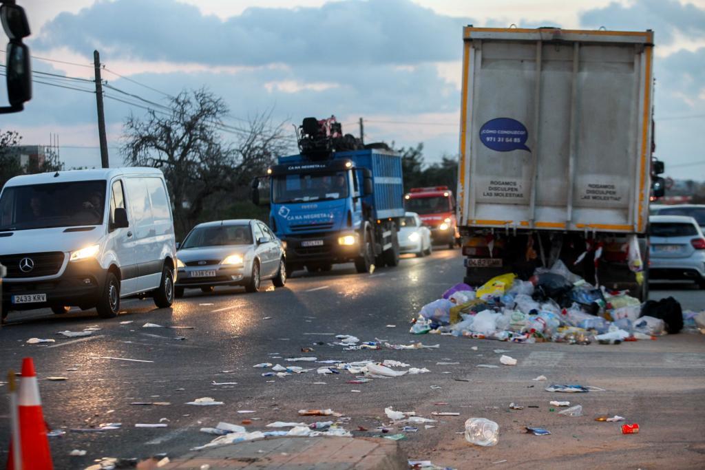 Un camión de basura pierde la carga y colapsa Ca na Negreta