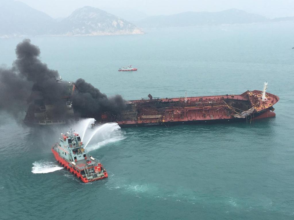 Al menos 1 muerto y 2 desaparecidos por incendio de un petrolero en Hong Kong