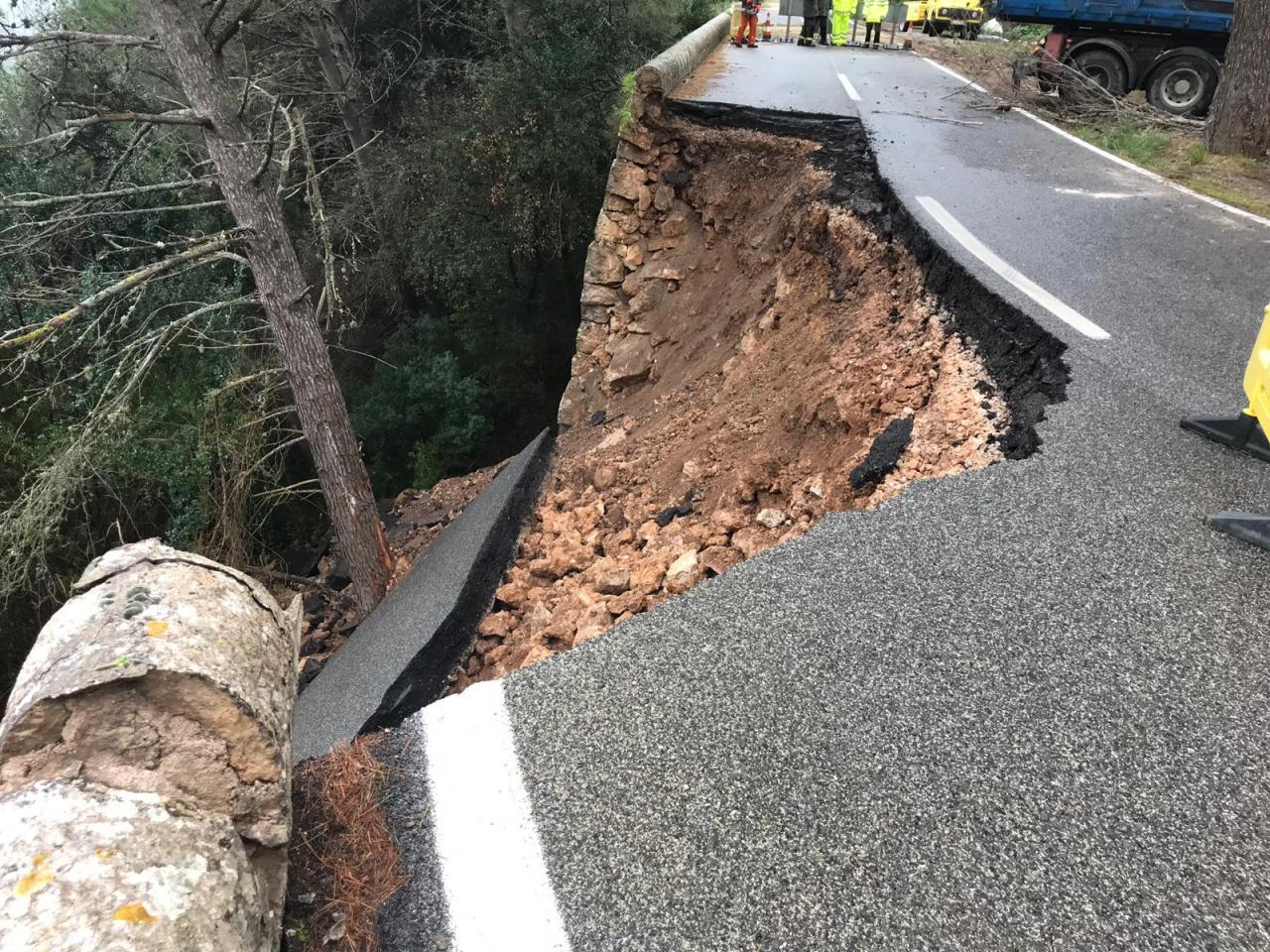 MALLORCA - Cerrada la carretera de Inca a Lluc tras ceder el firme en el Salt de la Bella Dona