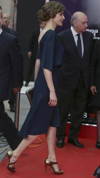 La reina Letizia estrenó días atrás nuevo look y lo hizo con un vestido de Cortana,