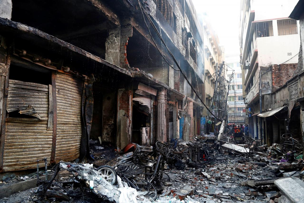 Un incendio masivo en un barrio de Dacca causa al menos 67 muertos