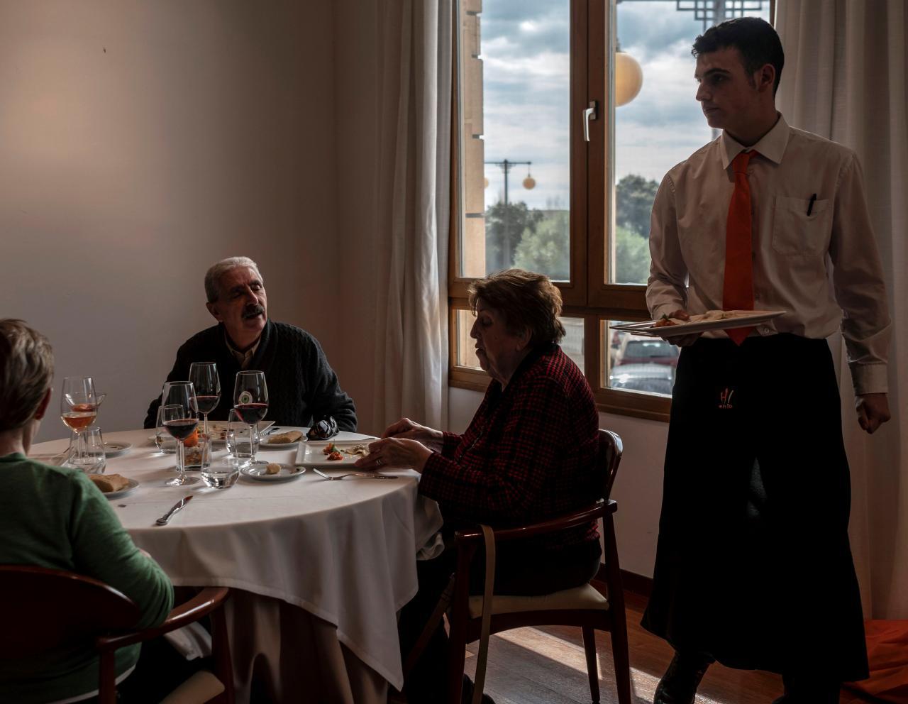 Comer sin los ojos: enseñan a estudiantes de Hostelería cómo atender a ciegos