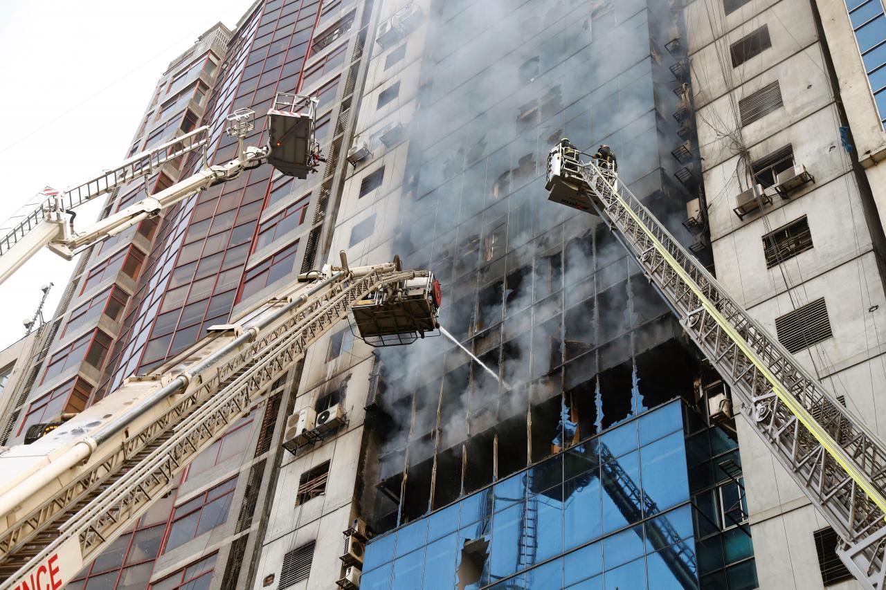 Al menos 5 muertos y 65 heridos en el incendio de un rascacielos en Dacca