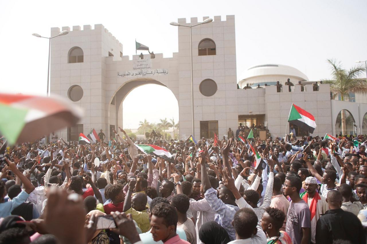 Miles de sudaneses se dirigen al cuartel general del Ejército