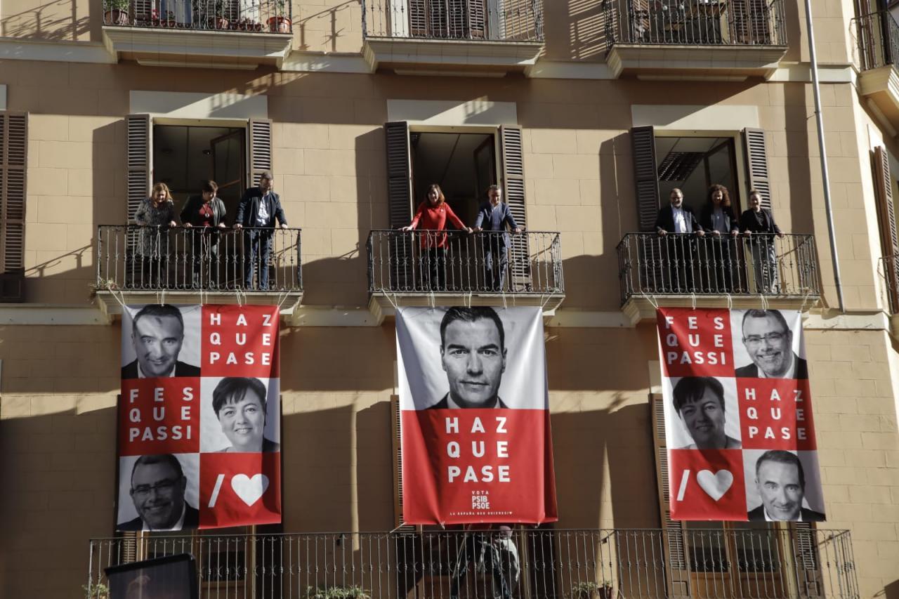 Los candidatos del PSIB-PSOE han protagonizado la pegada de carteles