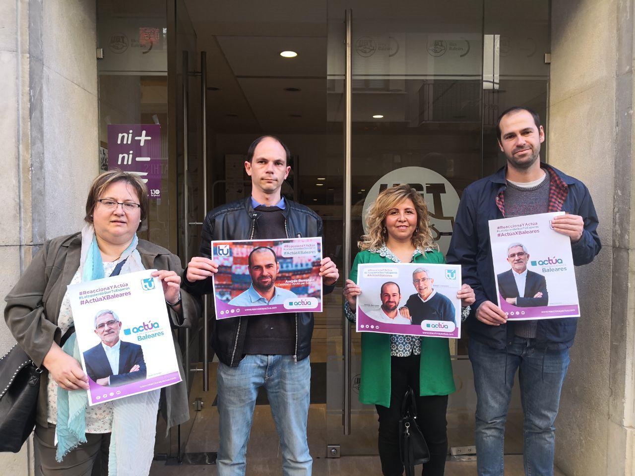 Los candidatos de Actúa con sus carteles electorales